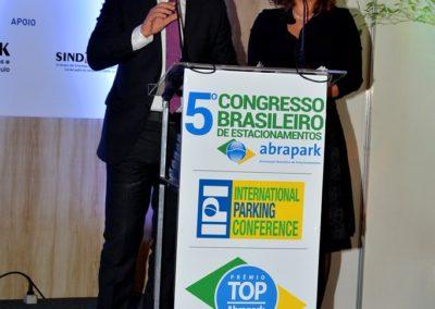Jorge Novaes, Vice-Presidente de Comunicação da Abrapark e Ana Hengist, Consultora da Abrapark e Coordenadora do prêmio TOP Abrapark na cerimônia de abertura do Prêmio TOP Abrapark 2016