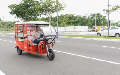 Carros elétricos indianos circulam em Vitória
